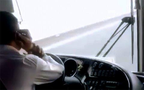 Nguy cơ tai nạn và xử phạt sử dụng điện thoại khi lái xe